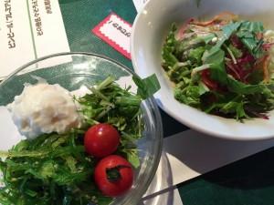 地元農家の新鮮サラダ